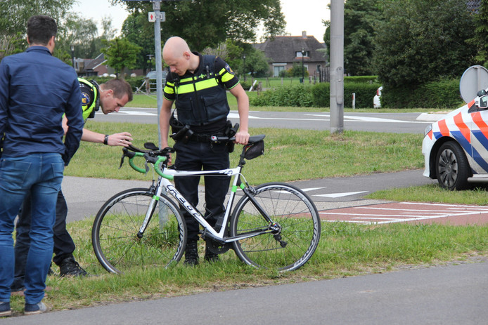 Een wielrenner is maandagmiddag op de N344 bij Holten op een bedrijfsbus gebotst.