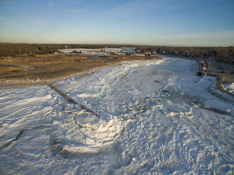 Ook geen water, maar ijs in Cape Cod Bay, Orleans. Schepen kunnen er de haven niet meer in.