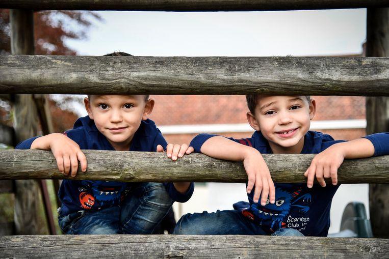 Broertjes Mathew en Andrew zitten samen op school in Kamershoek.