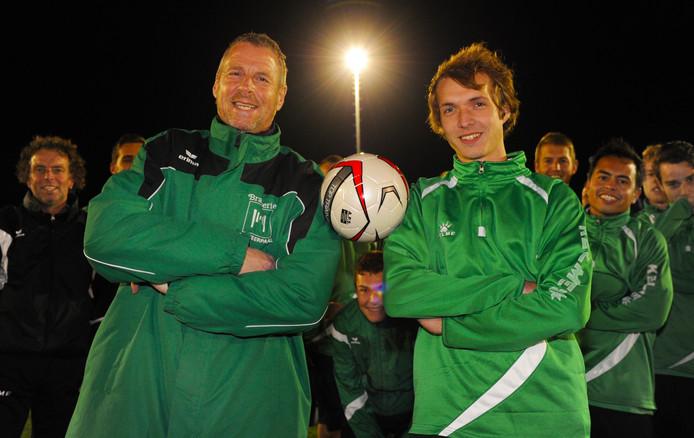 Trainer Daan Eikenhout (links) blijft De Meeuwen nog een jaartje trouw.