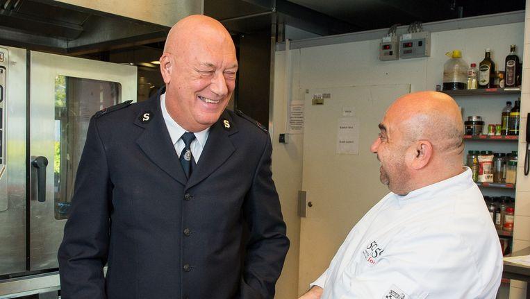 Henk Dijkstra met deelnemer Omar in de lunchroom van het Leger des Heils in de Rode Kruisstraat. Beeld Mats van Soolingen