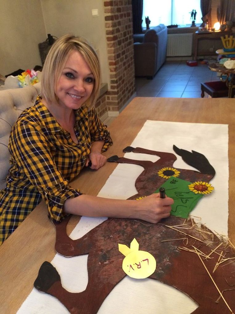 Laura Lynn signeert een paardje.
