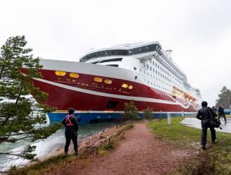 Finse ferryboot die met 430 mensen aan boord vast kwam te zitten na 'krachtige windstoot', veilig naar kade gesleept