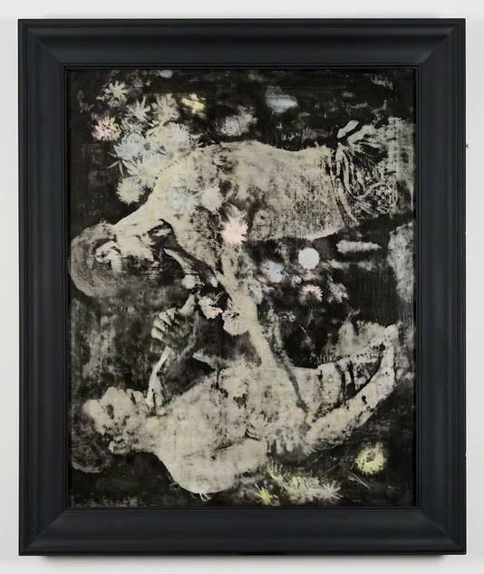 Raúl Ortega Ayala laat zien hoe bij röntgenonderzoek een afbeelding van twee worstelaars zichtbaar werd onder een werk met bloemen dat bij Kröller Müller hing.