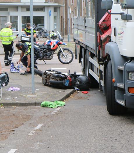 Scooterrijder gewond na aanrijding met vrachtwagen op Loevesteinlaan