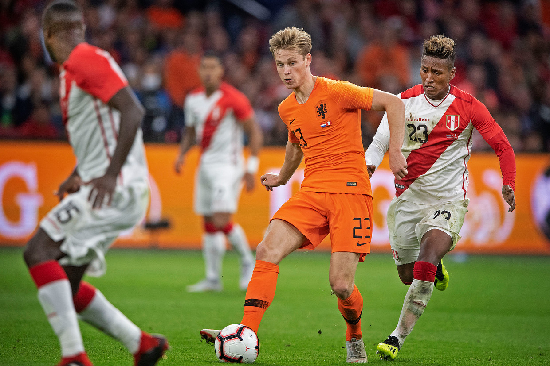 Frenkie de Jong aan de bal in het duel met Peru.