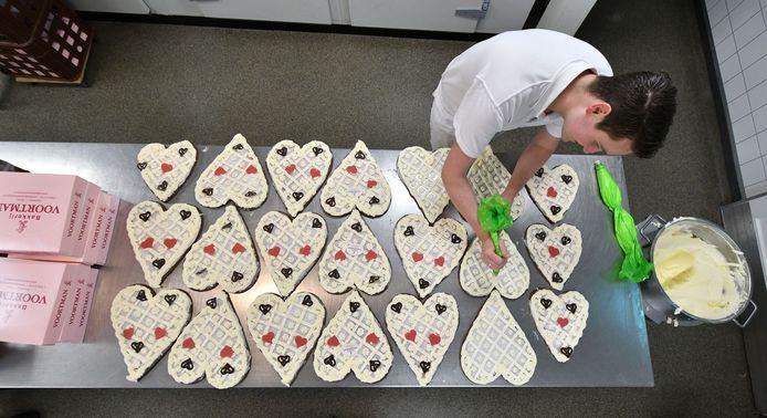 Bij Bakkerij Voortman worden, evenals bij andere Rijssense bakkers, rond de sinterklaastijd grote hoeveelheden hartjes gebakken.