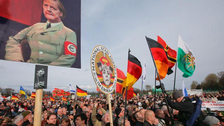 Leden van Pegida verzamelen zich voor de toespraak van Geert Wilders in Dresden in april van dit jaar. Beeld null