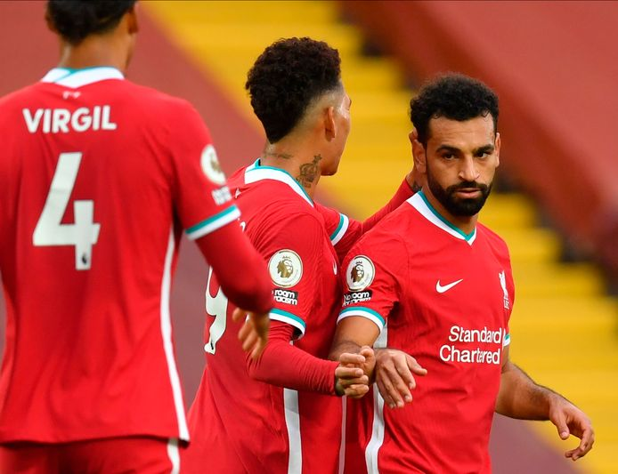 Mohamed Salah na zijn treffer. Roberto Firmino en Virgil van Dijk komen naar hem toe om het doelpunt te vieren.