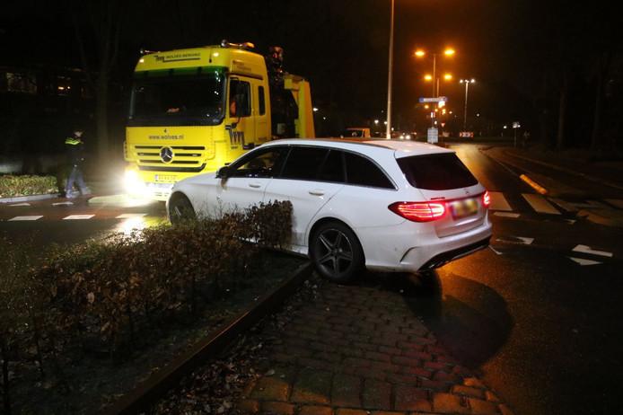 De automobilist reed zich klem op de fietsrotonde in Zwolle.