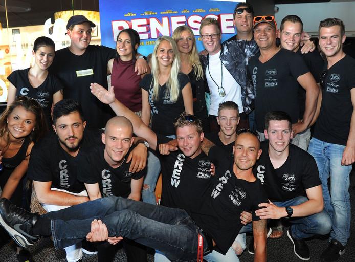 Medewerkers van discotheken Pinky's, De Zoom en Club Four gaan op de foto met de cast van 'Renesse'.