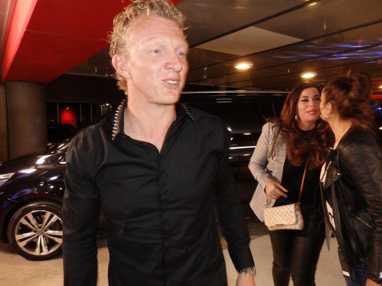 Ex-voetballer Dirk Kuijt en zijn partner Gertrude stappen uit een geblindeerde Mercedes Beeld Hans van der Beek