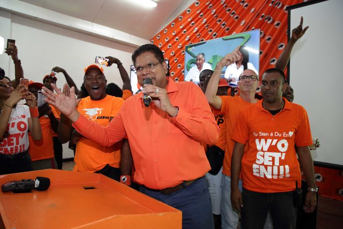 Oppositieleider Chan Santokhi van de VHP viert de zetelwinst in het partijcentrum in Paramaribo.
