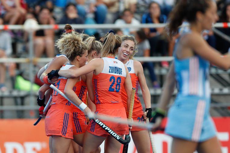 De Nederlandse dames vieren hun overwinning in de Hockey Pro League tegen Argentinië.  Beeld EPA