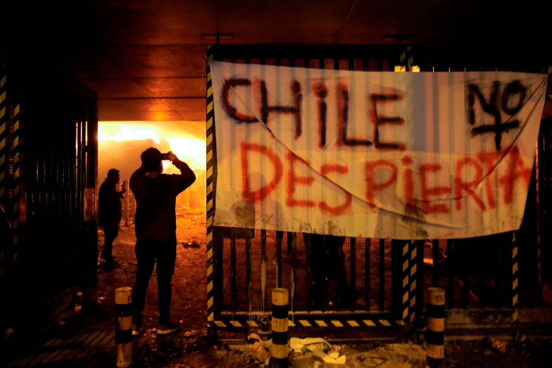 In Santiago werden bussen in vlam gezet, winkels geplunderd en werd brand gesticht in metrostations.