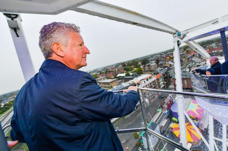 Vanop 40 meter hoogte in het reuzenrad toont De Crem zijn realisaties.