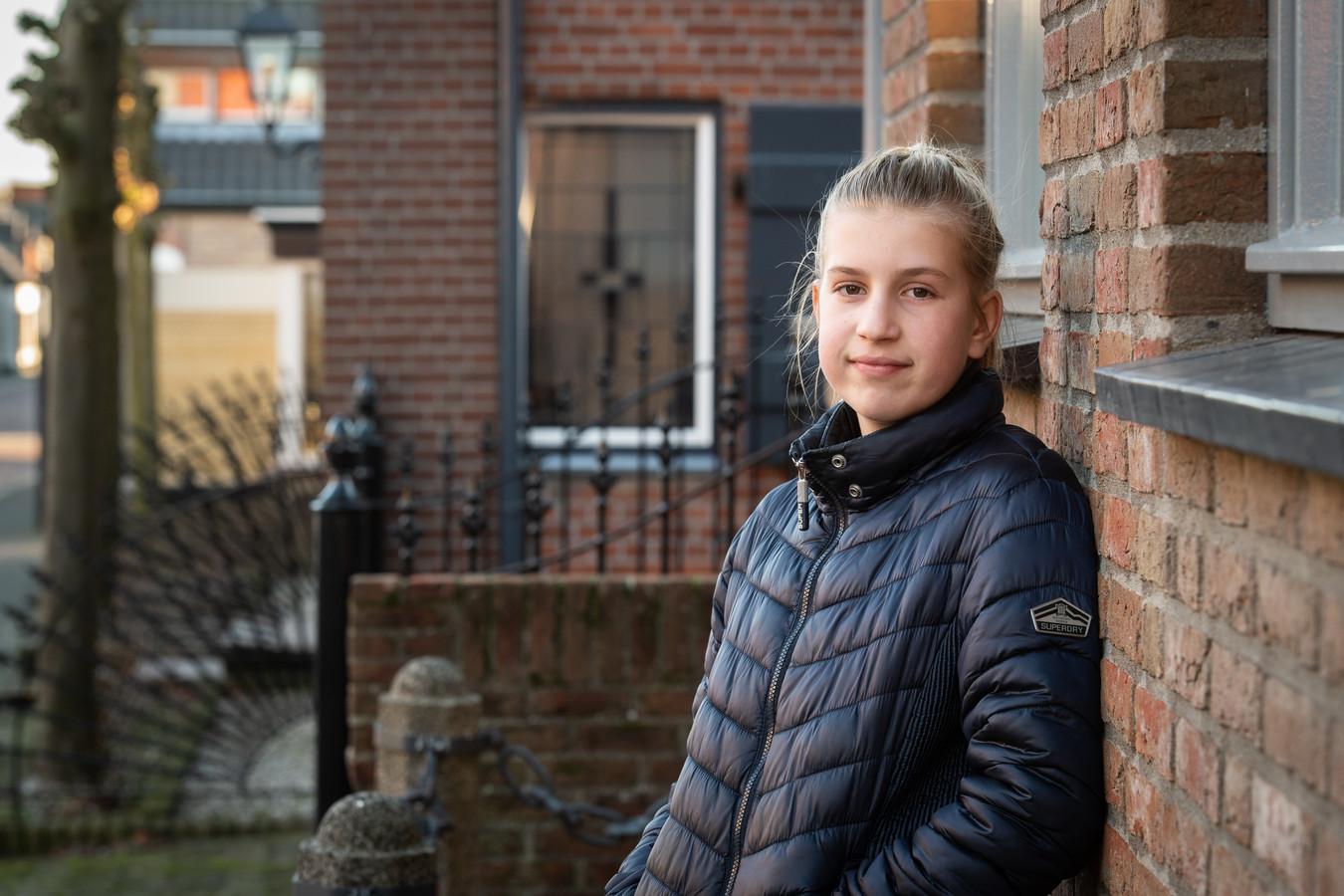 Tess van Andel voor haar huis.