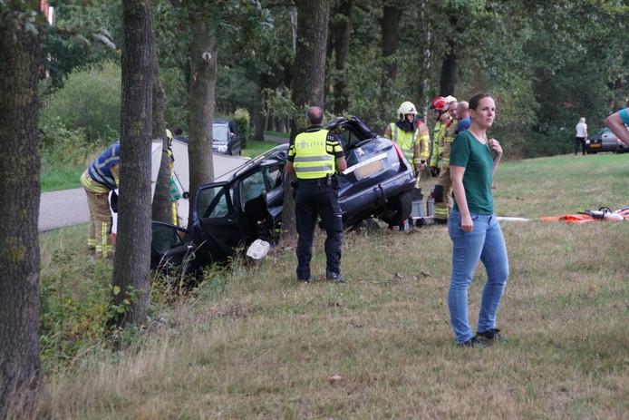 Een auto met een gezin is op de N18 bij Groenlo van de weg geraakt en tegen een boom gebotst.