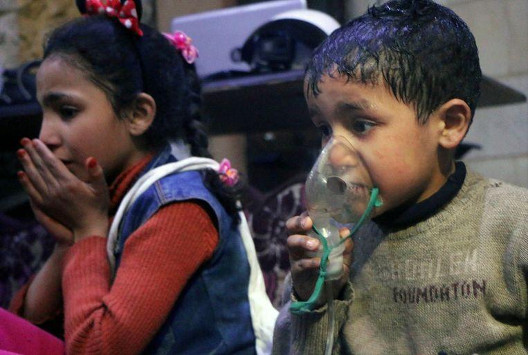 Slachtoffers van de gifgasaanval in Douma. De foto is een still uit een video van de hulporganisatie de Witte Helmen. Beeld AP