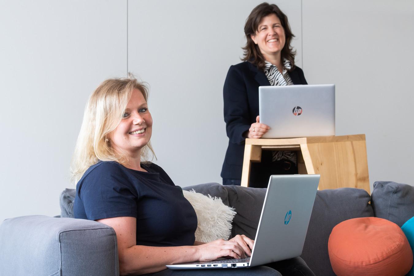 Wendy Peeters (L) en Linda Vlamings van de GGD chat.