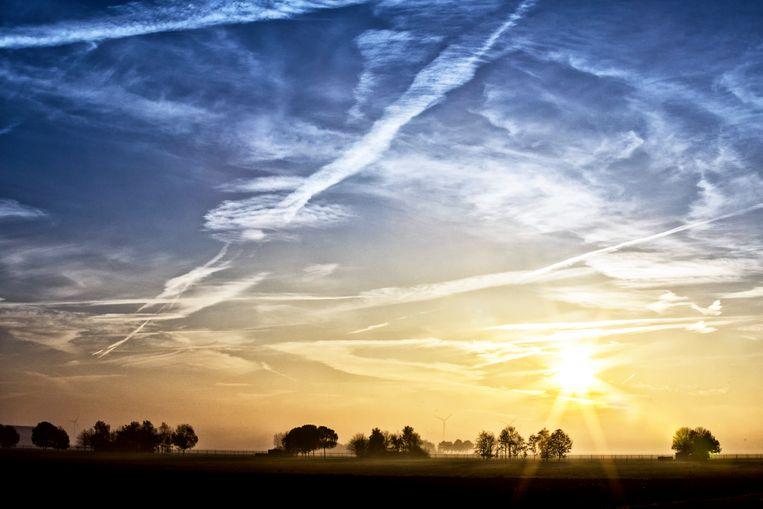Condensstrepen van vliegtuigen bij Almere Hout. Beeld Raymond Rutting / de Volkskrant