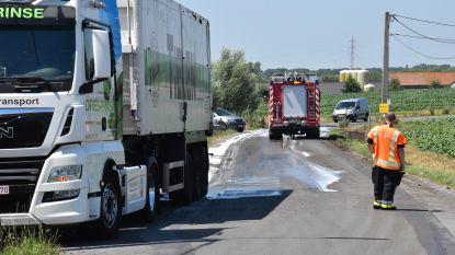 Deuren oplegger floepen open: lading slib belandt op de weg
