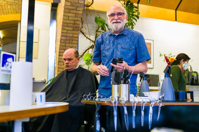 Ad Middelkoop is al 50 jaar kapper in Giessen (voor de foto is in overleg met aanwezige het mondkapje afgedaan).