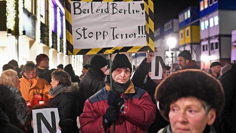 Een kleine groep aanhangers van de extreem-rechtse beweging Pegida houdt een 'wake' in het centrum van Dresden. Beeld null