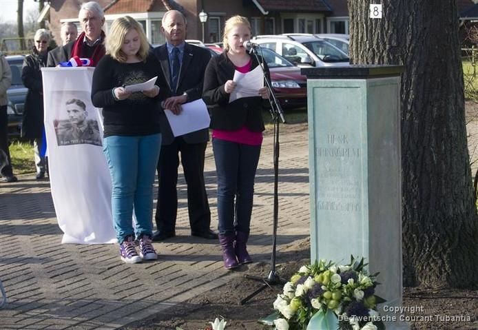 Namens de kinderen van Losser en Overdinkel droegen Aura Berkhout (r) en Alyssa Spithoven van basisschool De Marke het gedicht Sine Nomine voor bij de onthulling van het oorlogsmonument voor Henk Brinkgreve. (Foto: Frans Nikkels)