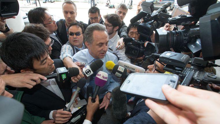 De Russische sportminister Vitali Moetko arriveert onder massale belangstelling in Zürich. Beeld getty