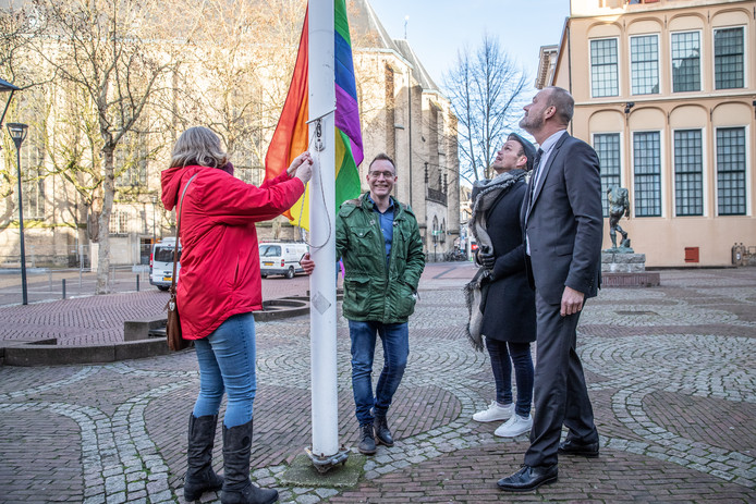 De regenboogvlag wappert alsnog voor het stadhuis in Zwolle, na een oproep van de Zwolse gemeenteraad.