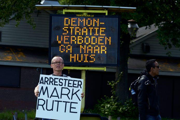 Een demonstrant in Den Haag.