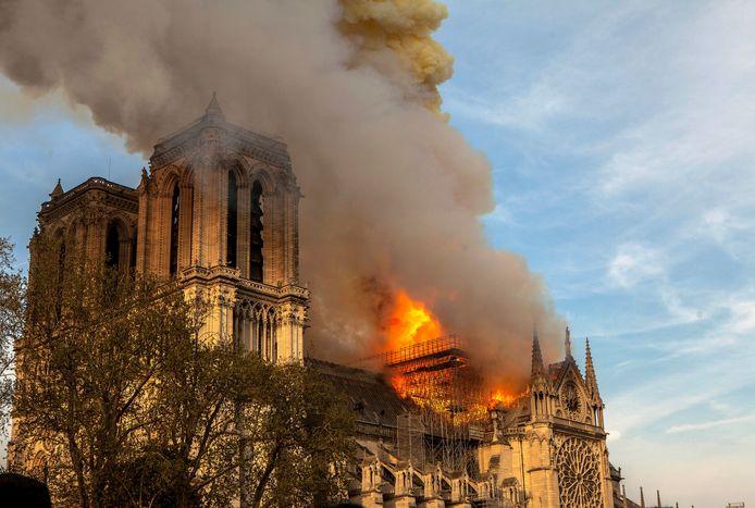 De vuurzee op het dak van de Notre-Dame