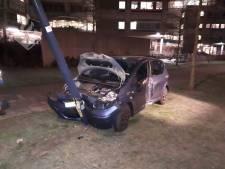 Auto botst tegen lantarenpaal na aanrijding met vrachtwagen aan Wytemaweg