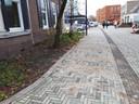 De bekritiseerde strook aan de Van Galenstraat nadat de gemeente het wegdek opnieuw heeft laten betegelen.