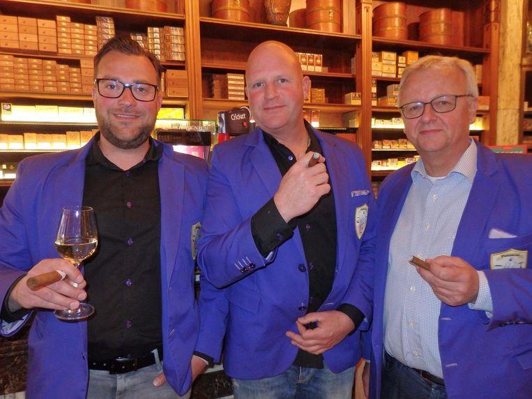 Jeroen Zwart, Frank Vredenburg en Pieter Roos van de Zaanse sigarenclub Psittacus, vernoemd naar een papegaai die thuis alle sigaren lek prikte Beeld Schuim