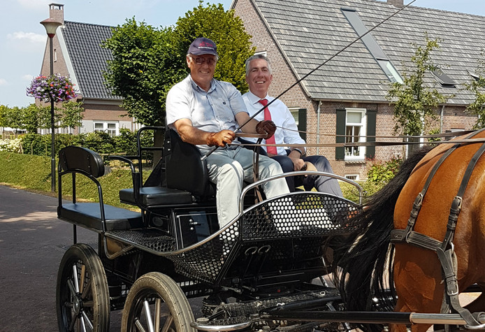 Wethouder Gijs van Leeuwen op de bok bij Hans van de Ven van de Dorpsraad Poederoijen.
