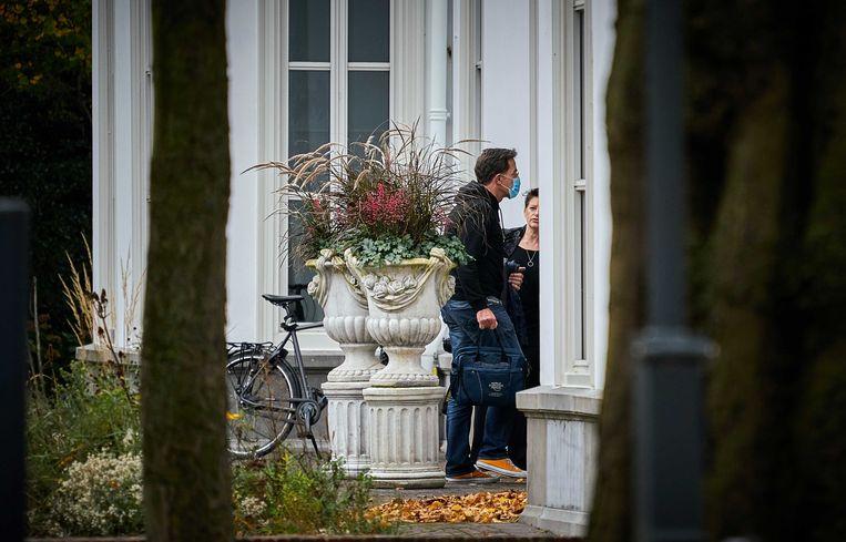 Premier Mark Rutte zondagmiddag bij het Catshuis voor het overleg tussen ministers en deskundigen over het coronavirus. Beeld ANP
