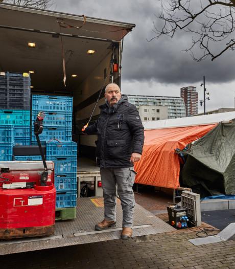 Veel langere werkdagen voor marktkoopman Bayram vanwege parkeerverbod: 'Het is een hel'