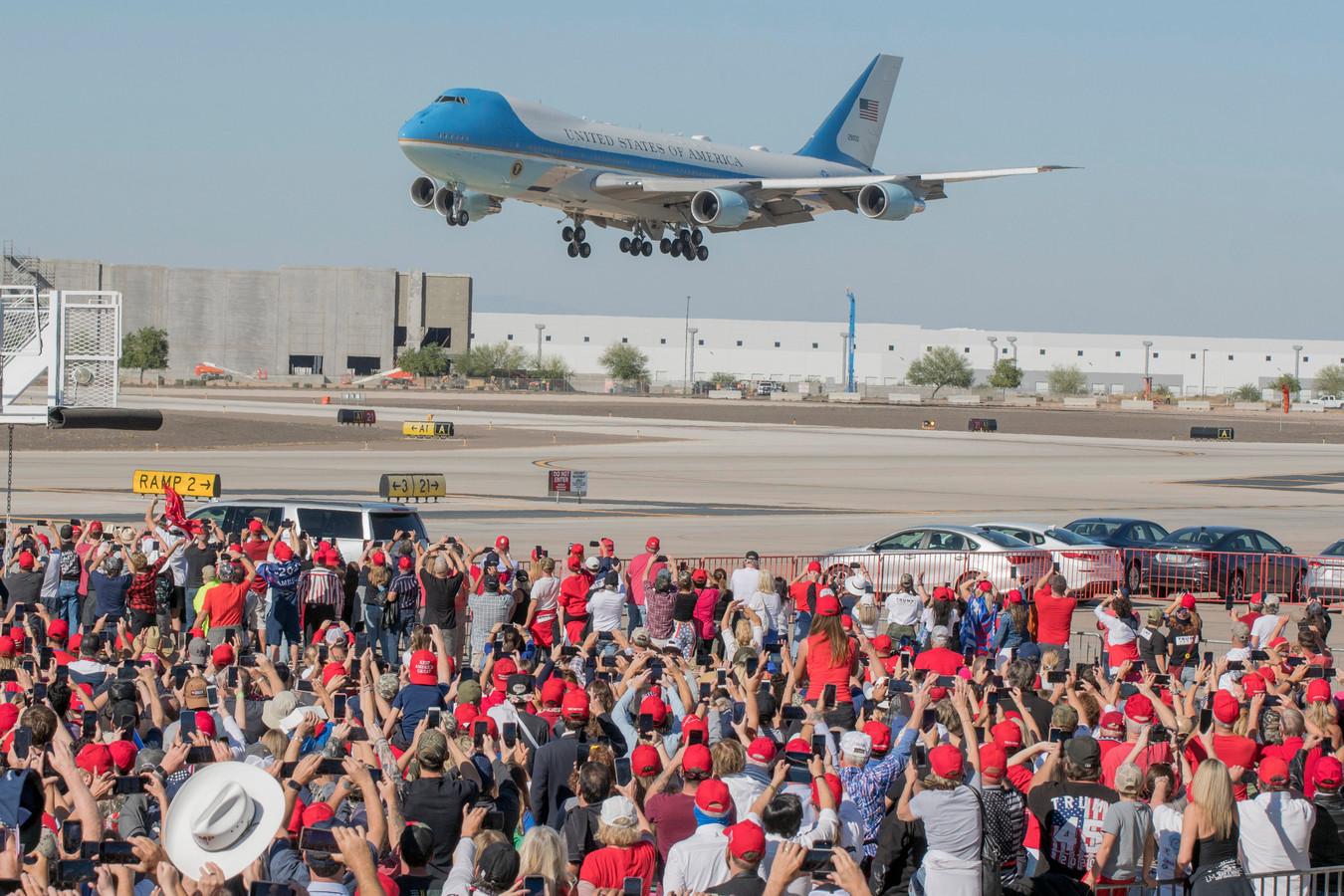 Het vliegtuig van Trump landt in Arizona.