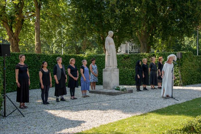 Uitvoering de Razzia bij het beeld 'De vrouw van Putten' en later bij school de Korenbloem.
