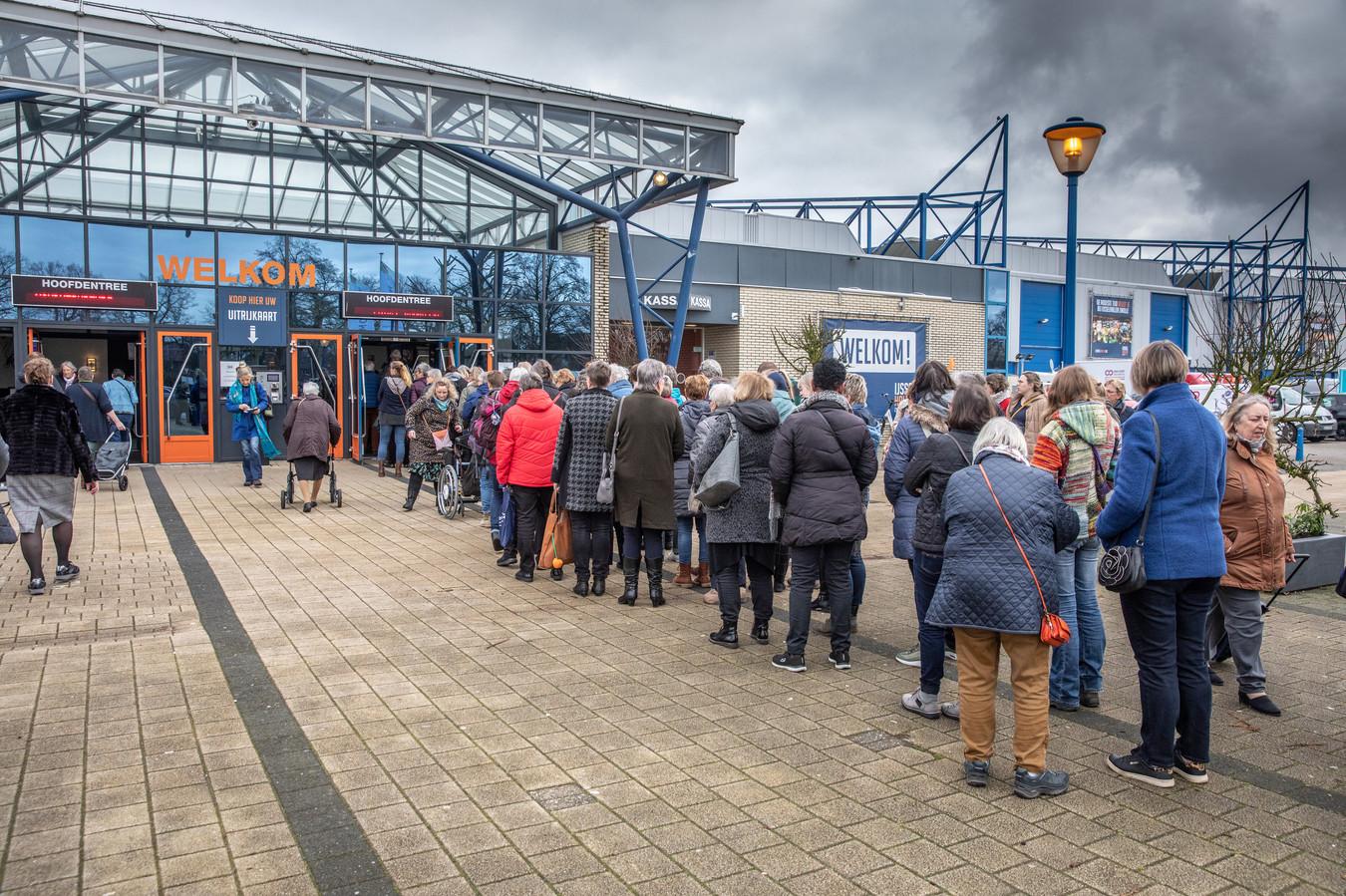 In de rij voor de handwerkbeurs in de IJsselhallen.