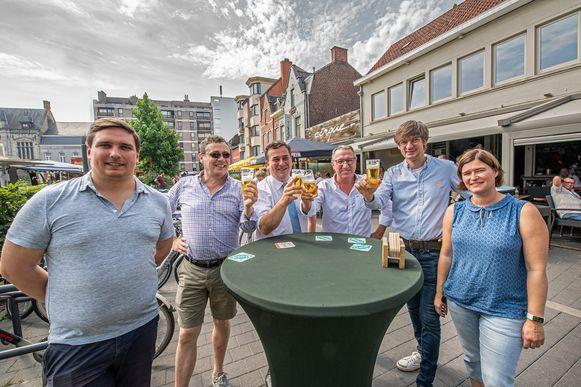 Burgemeester Kris Declercq (CD&V) toast samen met Martin Vansalmbrouck van De Vagant, Claude Vanbesien van Den Arend, Henk De Gheldere van de Verne en De Lange Girad en de medewerkers van de dienst Economie op het nieuwe terrassenbeleid.