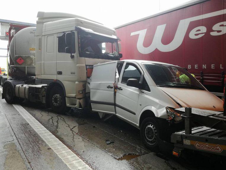 De bestelwagen zat geplet tussen twee trucks.