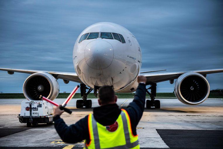 Een Boeing 777 komt aan bij Charles de Gaulle Airport in Parijs. Beeld AFP