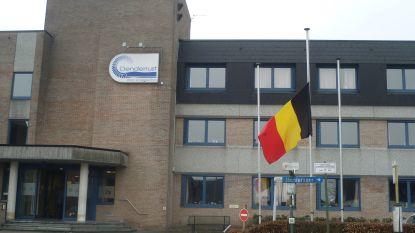 Vier overlijdens in WZC Denderrust in Herdersem, 36 senioren besmet. Keizer Kamiel Sergant gezond en wel