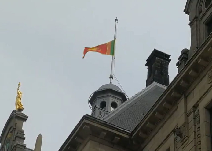 De Sri Lankaanse vlag hangt vandaag de hele dag halfstok op het stadhuis.