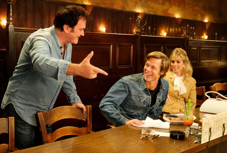 Quentin Tarantino op de set van 'Once Upon a Time... in Hollywood', met Brad Pitt en Elise Nygaard Olson. In de film staat de nostalgie van Tarantino naar de Golden Age of Hollywood centraal.