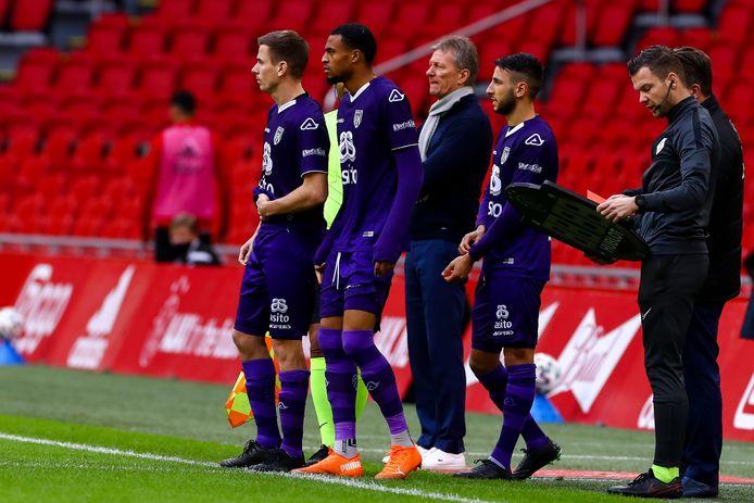 Tim Breukers, Delano Burgzorg en de debuterende Ismail Azzaoui staan klaar om in te vallen tegen Ajax.