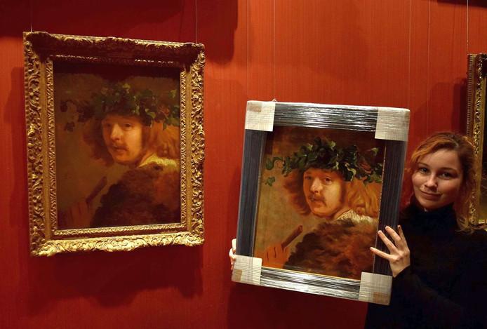 Tessa mocht haar studie van 'Herder met fluit' naast het 17e eeuwse origineel houden in het Mauritshuis.